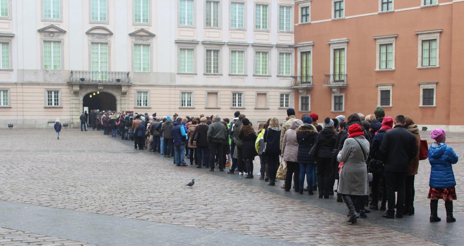 Kolejka oczekujących na wejście do Zamku Królewskiego. Nasi goście nie musieli tkwić na zimnie i w deszczu.